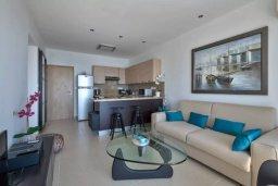 Гостиная. Кипр, Центр Лимассола : Современный апартамент в комплексе с бассейном, в 100 метрах от пляжа, с гостиной, отдельной спальней и балконом с видом на море