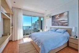 Спальня. Кипр, Центр Лимассола : Современный апартамент в комплексе с бассейном, в 100 метрах от пляжа, с гостиной, отдельной спальней и балконом с видом на море