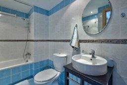 Ванная комната. Кипр, Центр Лимассола : Современный апартамент в комплексе с бассейном, в 100 метрах от пляжа, с гостиной, отдельной спальней и балконом с видом на море