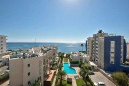 Вид на море. Кипр, Центр Лимассола : Современный апартамент в комплексе с бассейном, в 100 метрах от пляжа, с гостиной, отдельной спальней и балконом с видом на море