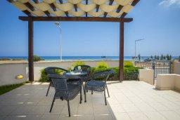 Терраса. Кипр, Пернера Тринити : Потрясающая пляжная вилла с панорамным видом на Средиземное море, с 4-мя спальнями, 3-мя ванными комнатами, тенистой террасой с патио, садом на крыше и барбекю