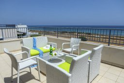 Патио. Кипр, Пернера Тринити : Потрясающая пляжная вилла с панорамным видом на Средиземное море, с 4-мя спальнями, 3-мя ванными комнатами, тенистой террасой с патио, садом на крыше и барбекю