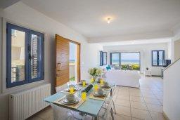 Гостиная. Кипр, Пернера Тринити : Потрясающая пляжная вилла с панорамным видом на Средиземное море, с 4-мя спальнями, 3-мя ванными комнатами, тенистой террасой с патио, садом на крыше и барбекю