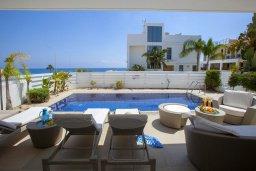 Зона отдыха у бассейна. Кипр, Фиг Три Бэй Протарас : Шикарная современная вилла с панорамным видом на Средиземное море, с 5-ю спальнями, 5-ю ванными комнатами, бассейном, тенистой террасой с lounge-зоной, патио, барбекю, расположена всего в 100 метрах от пляжа