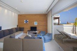 Гостиная. Кипр, Фиг Три Бэй Протарас : Шикарная современная вилла с панорамным видом на Средиземное море, с 5-ю спальнями, 5-ю ванными комнатами, бассейном, тенистой террасой с lounge-зоной, патио, барбекю, расположена всего в 100 метрах от пляжа