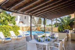 Обеденная зона. Кипр, Пернера : Прекрасная вилла с 4-мя спальнями, с бассейном, тенистой террасой с патио и каменным барбекю, расположена в тихом районе Протараса рядом с заливом Sirina Bay