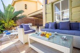 Патио. Кипр, Пернера : Прекрасная вилла с 4-мя спальнями, с бассейном, тенистой террасой с патио и каменным барбекю, расположена в тихом районе Протараса рядом с заливом Sirina Bay
