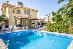 Фасад дома. Кипр, Пернера : Прекрасная вилла с 4-мя спальнями, с бассейном, тенистой террасой с патио и каменным барбекю, расположена в тихом районе Протараса рядом с заливом Sirina Bay
