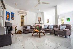 Гостиная. Кипр, Пернера : Прекрасная вилла с 4-мя спальнями, с бассейном, тенистой террасой с патио и каменным барбекю, расположена в тихом районе Протараса рядом с заливом Sirina Bay
