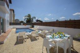 Зона отдыха у бассейна. Кипр, Пернера Тринити : Комфортабельная вилла с 4-мя спальнями, 2-мя ванными комнатами, бассейном, солнечной террасой с патио и барбекю, расположена в тихом районе недалеко от пляжа Kalamies Beach