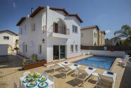 Фасад дома. Кипр, Пернера Тринити : Комфортабельная вилла с 4-мя спальнями, 2-мя ванными комнатами, бассейном, солнечной террасой с патио и барбекю, расположена в тихом районе недалеко от пляжа Kalamies Beach