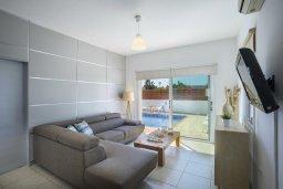 Гостиная. Кипр, Пернера Тринити : Комфортабельная вилла с 4-мя спальнями, 2-мя ванными комнатами, бассейном, солнечной террасой с патио и барбекю, расположена в тихом районе недалеко от пляжа Kalamies Beach