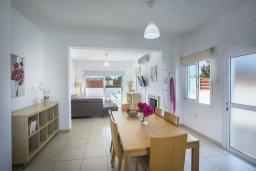 Обеденная зона. Кипр, Пернера Тринити : Комфортабельная вилла с 4-мя спальнями, 2-мя ванными комнатами, бассейном, солнечной террасой с патио и барбекю, расположена в тихом районе недалеко от пляжа Kalamies Beach