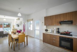 Кухня. Кипр, Пернера Тринити : Комфортабельная вилла с 4-мя спальнями, 2-мя ванными комнатами, бассейном, солнечной террасой с патио и барбекю, расположена в тихом районе недалеко от пляжа Kalamies Beach