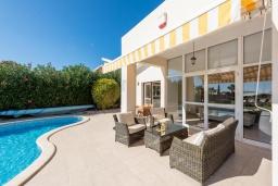 Терраса. Кипр, Корал Бэй : Прекрасная вилла на побережье с 3-мя спальнями, с бассейном с подогревом и зеленой лужайкой с патио и барбекю