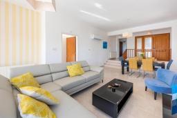 Гостиная. Кипр, Корал Бэй : Прекрасная вилла на побережье с 3-мя спальнями, с бассейном с подогревом и зеленой лужайкой с патио и барбекю