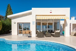 Вид на виллу/дом снаружи. Кипр, Корал Бэй : Прекрасная вилла на побережье с 3-мя спальнями, с бассейном с подогревом и зеленой лужайкой с патио и барбекю