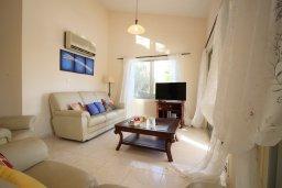 Гостиная. Кипр, Корал Бэй : Уютная вилла с бассейном и двориком с барбекю, 2 спальни, 2 ванные комнаты, парковка, Wi-Fi