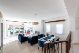 Обеденная зона. Кипр, Корал Бэй : Прекрасная вилла на побережье с 3-мя спальнями, с бассейном, тенистой террасой с патио и барбекю, с захватывающим панорамным видом на побережье Coral Bay и Средиземное море