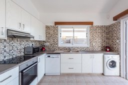 Кухня. Кипр, Корал Бэй : Прекрасная вилла на побережье с 3-мя спальнями, с бассейном, тенистой террасой с патио и барбекю, с захватывающим панорамным видом на побережье Coral Bay и Средиземное море