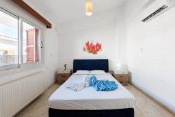 Спальня. Кипр, Корал Бэй : Прекрасная вилла на побережье с 3-мя спальнями, с бассейном, тенистой террасой с патио и барбекю, с захватывающим панорамным видом на побережье Coral Bay и Средиземное море