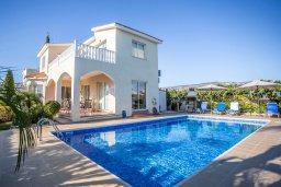 Фасад дома. Кипр, Корал Бэй : Роскошная вилла с видом на море, с 3-мя спальнями, 2-мя ванными комнатами, бассейном, тенистой террасой с патио и барбекю, расположена недалеко от знаменитого залива Coral Bay