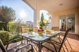 Обеденная зона. Кипр, Корал Бэй : Роскошная вилла с видом на море, с 3-мя спальнями, 2-мя ванными комнатами, бассейном, тенистой террасой с патио и барбекю, расположена недалеко от знаменитого залива Coral Bay