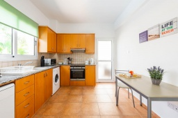 Кухня. Кипр, Пернера : Великолепная вилла с 3-мя спальнями, с бассейном, патио и барбекю,  расположена в самом центре Пернеры