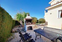 Территория. Кипр, Пейя : Шикарная солнечная вилла с 4-мя спальнями, 4-мя ванными комнатами, 2-мя гостиными, с бассейном, детской площадкой, настольным теннисом, тенистой террасой с патио и барбекю, расположена в красивой деревне Peyia