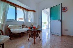Гостиная. Кипр, Пейя : Шикарная вилла с бассейном и зеленым двориком с барбекю и настольным теннисом, 2 гостиные, 4 спальни, 4 ванные комнаты, парковка, Wi-Fi