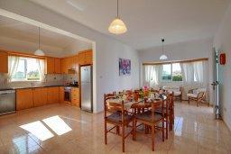 Кухня. Кипр, Пейя : Шикарная солнечная вилла с 4-мя спальнями, 4-мя ванными комнатами, 2-мя гостиными, с бассейном, детской площадкой, настольным теннисом, тенистой террасой с патио и барбекю, расположена в красивой деревне Peyia