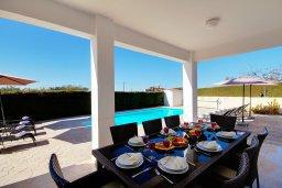 Обеденная зона. Кипр, Пейя : Шикарная солнечная вилла с 4-мя спальнями, 4-мя ванными комнатами, 2-мя гостиными, с бассейном, детской площадкой, настольным теннисом, тенистой террасой с патио и барбекю, расположена в красивой деревне Peyia