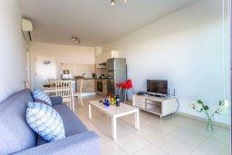 Гостиная. Кипр, Фиг Три Бэй Протарас : Современный апартамент в комплексе с бассейном, 50 метров до пляжа, с гостиной, отдельной спальней и балконом с боковым видом на море