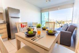 Обеденная зона. Кипр, Фиг Три Бэй Протарас : Современный апартамент с потрясающим видом на Средиземное море, с отдельной спальней, гостиной, расположен в комплексе с бассейном в 50 метрах от пляжа