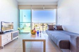 Гостиная. Кипр, Фиг Три Бэй Протарас : Современный апартамент с потрясающим видом на Средиземное море, с отдельной спальней, гостиной, расположен в комплексе с бассейном в 50 метрах от пляжа
