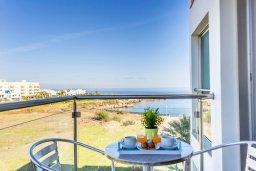 Балкон. Кипр, Фиг Три Бэй Протарас : Современный апартамент в комплексе с бассейном, 50 метров до пляжа, с гостиной, отдельной спальней и балконом с боковым видом на море