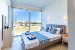 Спальня. Кипр, Фиг Три Бэй Протарас : Современный апартамент с потрясающим видом на Средиземное море, с отдельной спальней, гостиной, расположен в комплексе с бассейном в 50 метрах от пляжа