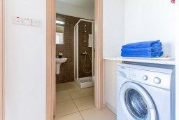 Ванная комната. Кипр, Фиг Три Бэй Протарас : Современный апартамент с потрясающим видом на Средиземное море, с отдельной спальней, гостиной, расположен в комплексе с бассейном в 50 метрах от пляжа