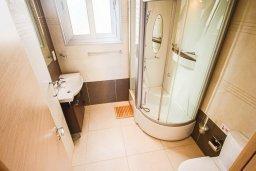 Ванная комната. Кипр, Фиг Три Бэй Протарас : Роскошный апартамент в комплексе с бассейном, 50 метров до пляжа, с гостиной, двумя спальнями, двумя ванными комнатами и террасой с шикарным видом на море