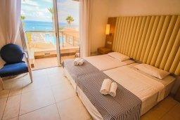 Спальня. Кипр, Фиг Три Бэй Протарас : Роскошный апартамент с панорамным видом на море, с гостиной, двумя спальнями, двумя ванными комнатами и большим балконом, расположенный в комплексе с бассейном в Протарасе на берегу моря