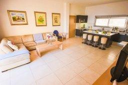 Гостиная. Кипр, Фиг Три Бэй Протарас : Роскошный апартамент в комплексе с бассейном, 50 метров до пляжа, с гостиной, двумя спальнями, двумя ванными комнатами и террасой с шикарным видом на море
