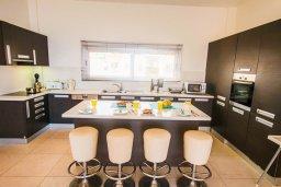 Кухня. Кипр, Фиг Три Бэй Протарас : Роскошный апартамент с панорамным видом на море, с гостиной, двумя спальнями, двумя ванными комнатами и большим балконом, расположенный в комплексе с бассейном в Протарасе на берегу моря
