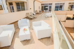 Терраса. Кипр, Фиг Три Бэй Протарас : Роскошный апартамент с панорамным видом на море, с гостиной, двумя спальнями, двумя ванными комнатами и большим балконом, расположенный в комплексе с бассейном в Протарасе на берегу моря