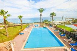 Вид на море. Кипр, Фиг Три Бэй Протарас : Роскошный апартамент в комплексе с бассейном, 50 метров до пляжа, с гостиной, двумя спальнями, двумя ванными комнатами и террасой с шикарным видом на море