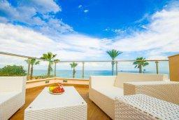Патио. Кипр, Фиг Три Бэй Протарас : Роскошный апартамент с панорамным видом на море, с гостиной, двумя спальнями, двумя ванными комнатами и большим балконом, расположенный в комплексе с бассейном в Протарасе на берегу моря
