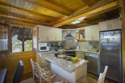 Кухня. Кипр, Троодос : Комплекс из трех деревянных коттеджей с большой зеленой территорией, с 3-мя гостиными с кухнями, 8 спальнями, 4 ванными комнатами, барбекю и потрясающим видом на горы и деревню Spilia