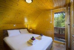 Спальня. Кипр, Троодос : Комплекс из трех деревянных коттеджей с большой зеленой территорией, с 3-мя гостиными с кухнями, 8 спальнями, 4 ванными комнатами, барбекю и потрясающим видом на горы и деревню Spilia