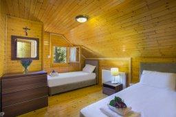 Спальня 2. Кипр, Троодос : Комплекс из трех деревянных коттеджей с большой зеленой территорией, с 3-мя гостиными с кухнями, 8 спальнями, 4 ванными комнатами, барбекю и потрясающим видом на горы и деревню Spilia
