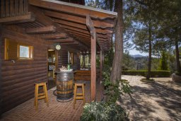 Терраса. Кипр, Троодос : Двухэтажный деревянный коттедж с большой зелёной территорией, 2-мя спальни, тенистой террасой и барбекю, расположен на прекрасном горном хребте Troodos