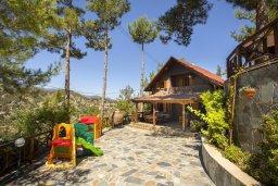 Фасад дома. Кипр, Троодос : Двухэтажный деревянный коттедж с большой зелёной территорией, 3-мя спальнями, 2-мя ванными комнатами, тенистой террасой, барбекю и потрясающим видом на горы и деревню Spilia